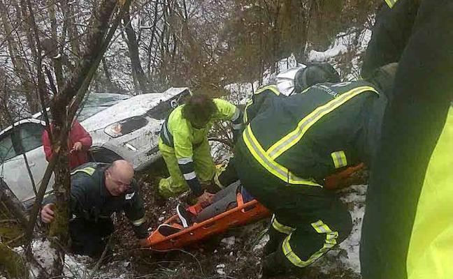 Herido un conductor tras caer por un desnivel de 60 metros en Cabrales