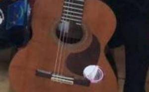 La tuna de Valladolid recupera la guitarra sustraída el sábado durante su paso por El Llano