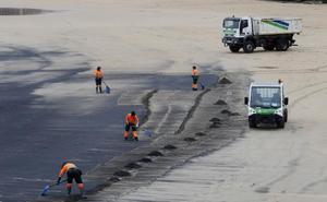 Emulsa retira entre 20 y 30 toneladas de carbón al año de la playa de San Lorenzo