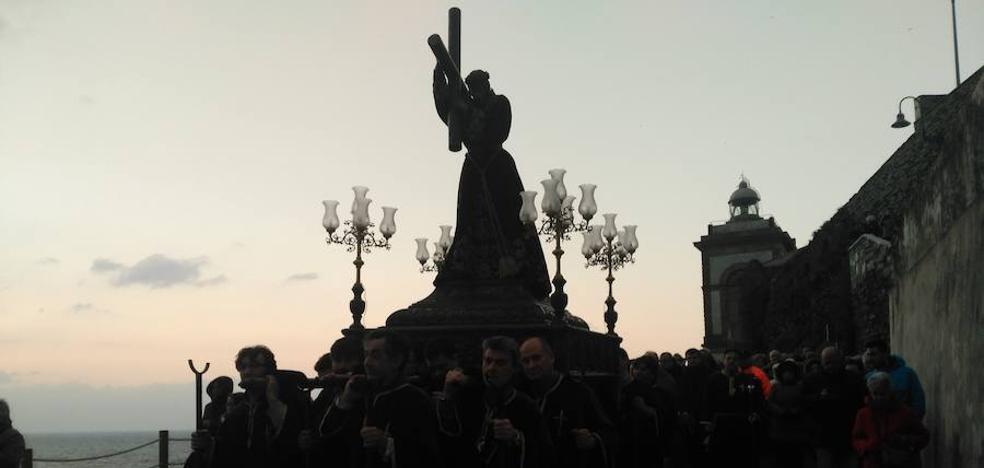El descenso de las imágenes desde La Atalaya marca el inicio de la Semana Santa en Luarca