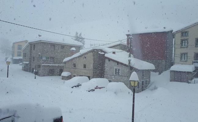 Medio metro de nieve cubre los pueblos más altos del Oriente
