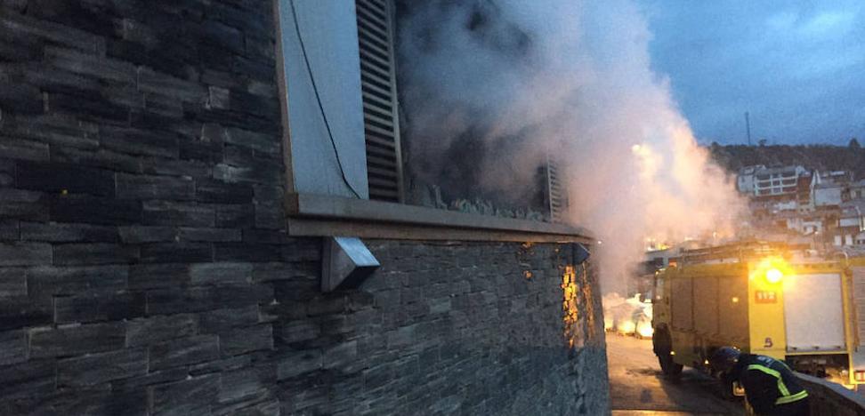 Extinguido un incendio que calcinó un almacén de pescadores en el puerto de Luarca