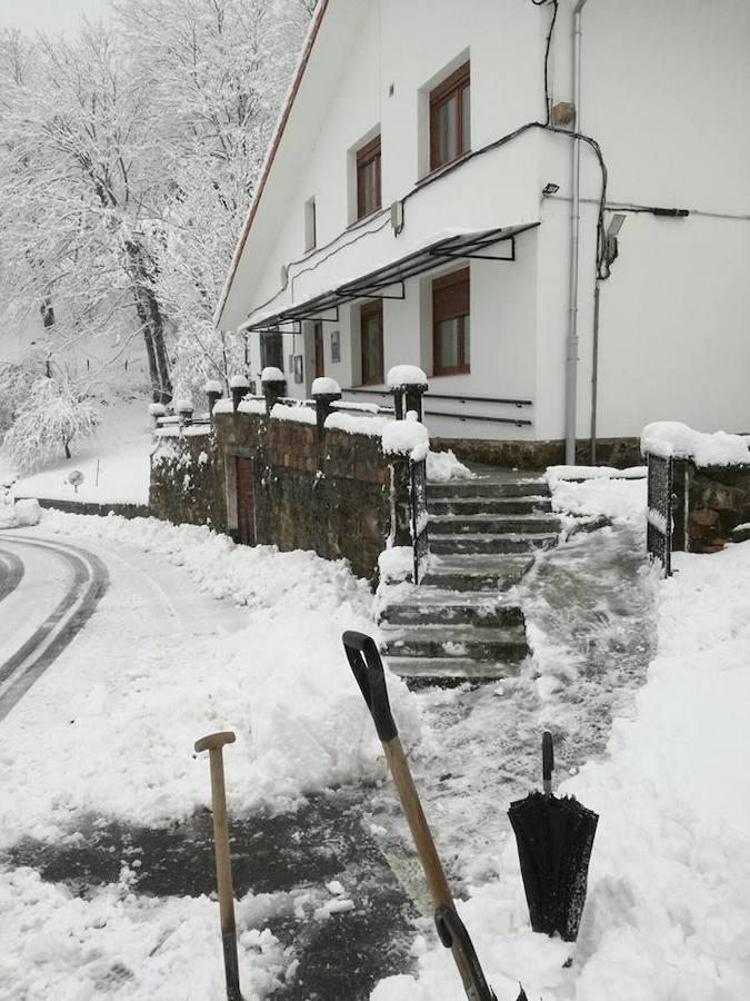 Medio metro de nieve en los pueblos del Oriente asturiano
