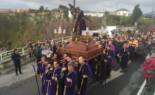 Luarca inicia la Semana Santa con el traslado de las imágenes a la iglesia