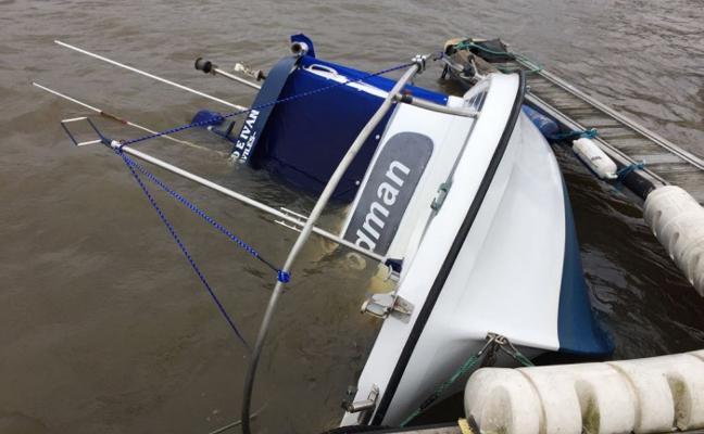 El agua anega hasta hundir una embarcación de recreo en los pantalanes de la ría de Avilés