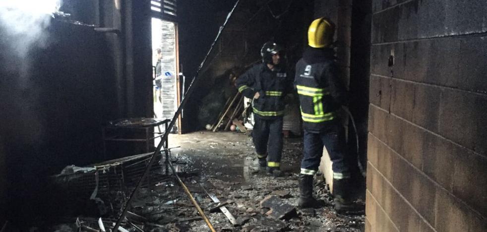 El fuego calcina uno de los almacenes de pescadores del puerto de Luarca
