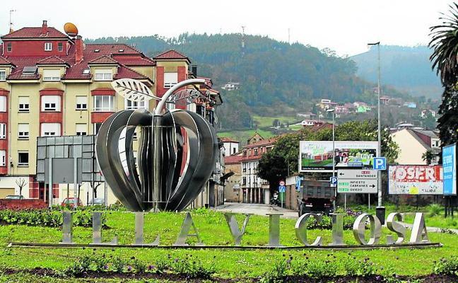 Un conductor arranca la 'V' de la rotonda de entrada a Villaviciosa