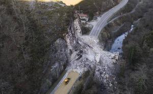 Una montaña de rocas mantiene cortada la carretera a Caso en Sobrescobio