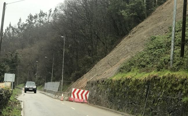 Reabre la carretera entre Barredos y Laviana tras un mes cortada por un argayo