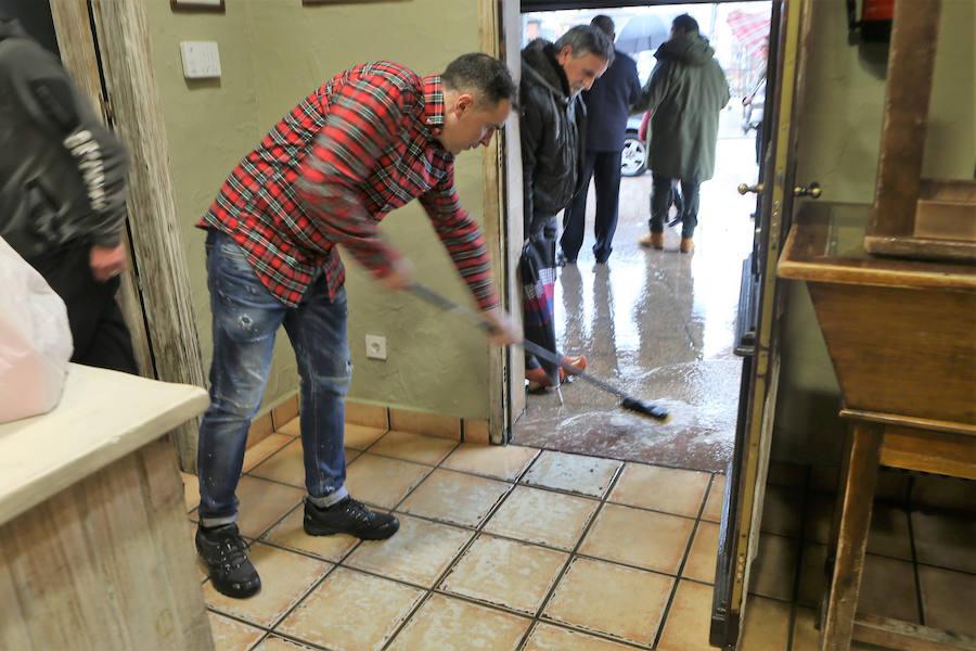 La lluvia anega Asturias y causa destrozos en toda la región