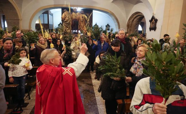 Sin procesiones y con ramos bajo techo