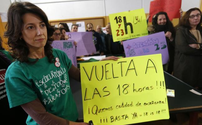 Un centenar de profesores se encierran para reclamar la rebaja de horas lectivas