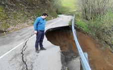 Un desprendimiento de tierra destroza la carretera que une Pravia y Salas