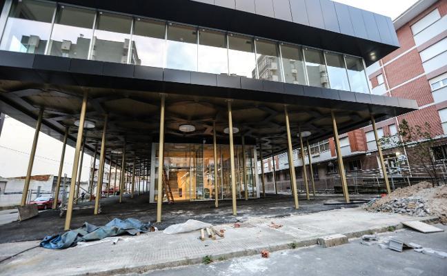 La urbanización de la nueva biblioteca de Piedras Blancas, a la espera de la recepción de las obras