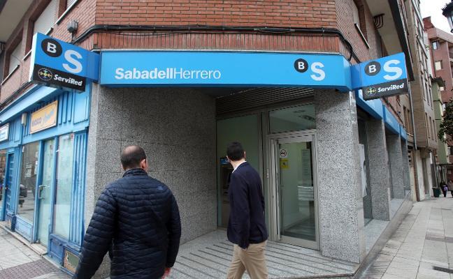 Un atracador roba a punta de pistola 2.000 euros en una sucursal bancaria