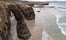 Muere una joven de 25 años en la playa de Las Catedrales