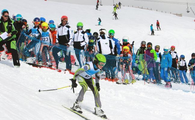 León pide a Asturias avanzar en la oferta conjunta de las estaciones de esquí