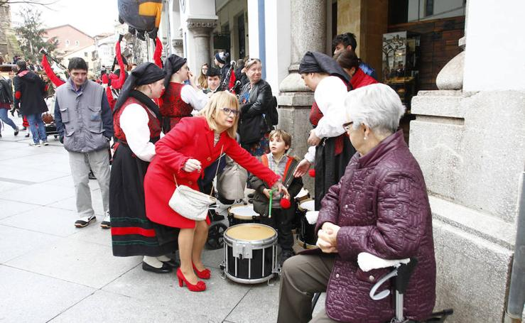 Las carrozas del día grande de El Bollo llenan las calles de Avilés