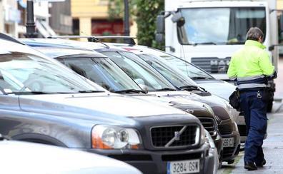 La distribución de las plazas de la zona azul complica el aparcamiento en los barrios de Oviedo