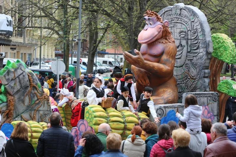 Multitudinario desfile de carrozas tras la Comida en la Calle de Avilés