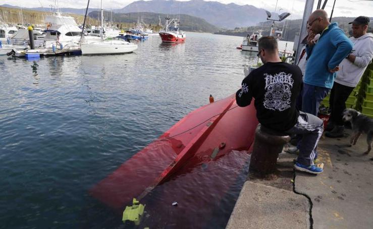Vuelca un pesquero en Lastres cuando descargaba xarda