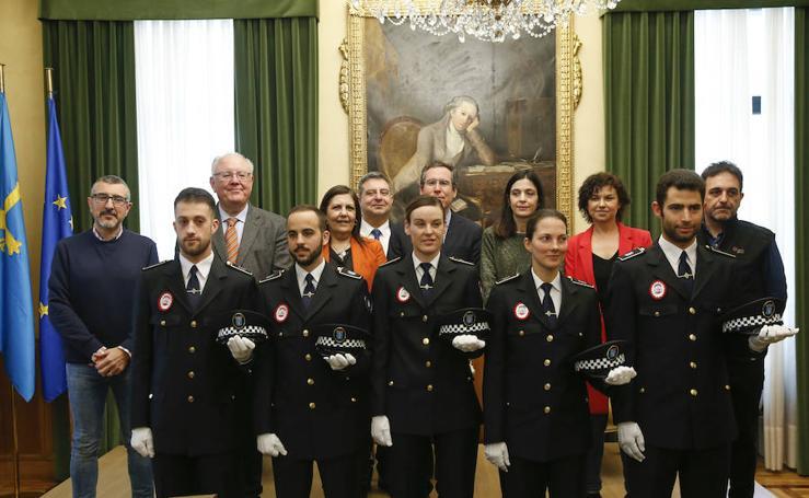 Las imágenes de la toma de posesión de los cinco policías locales nuevos en el Ayuntamiento de Gijón