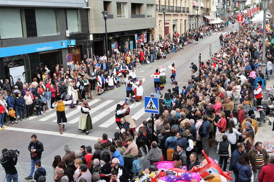 El folclore inunda la Pola con el desfile de Güevos Pintos