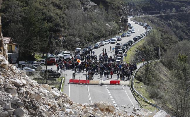 Trescientas personas urgen el arreglo del argayo de Caso y reabrir el corredor
