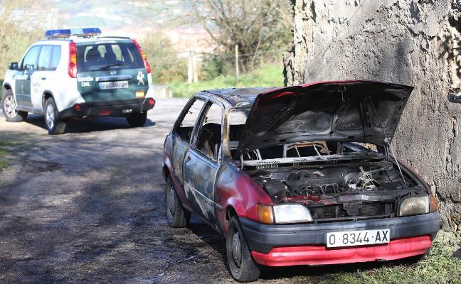 Calcinan un coche en Colloto tras haber sido robado en Noreña
