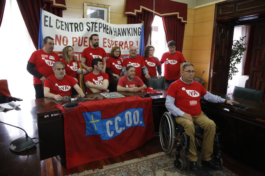 Decenas de personas se concentran en Langreo para reclamar la apertura del centro Stephen Hawking