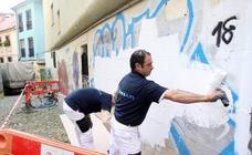 Comienza la limpieza de pintadas en el casco histórico de Oviedo, que durará dos meses y medio