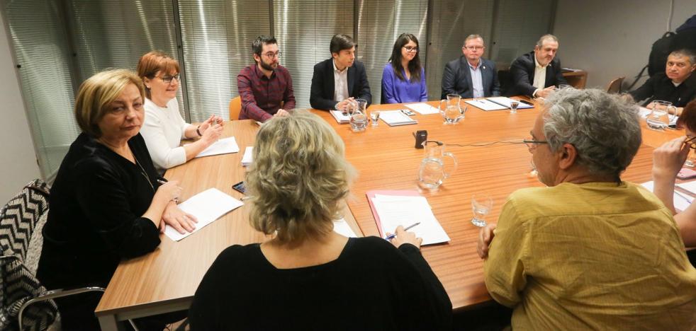 Pilar Varela defiende durante casi cinco horas el «impecable» cambio de gestión del agua