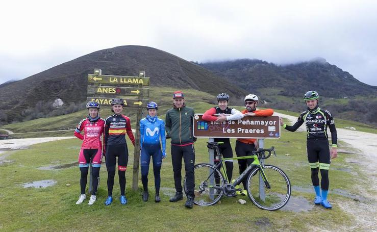 Les Praeres, inspeccionada por un selecto pelotón de ciclistas