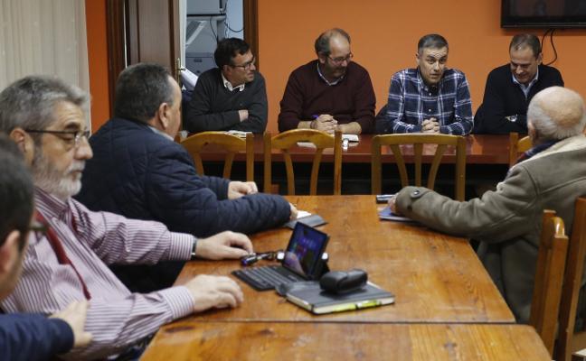 La zona rural traslada a Ardura sus problemas de saneamiento y con internet