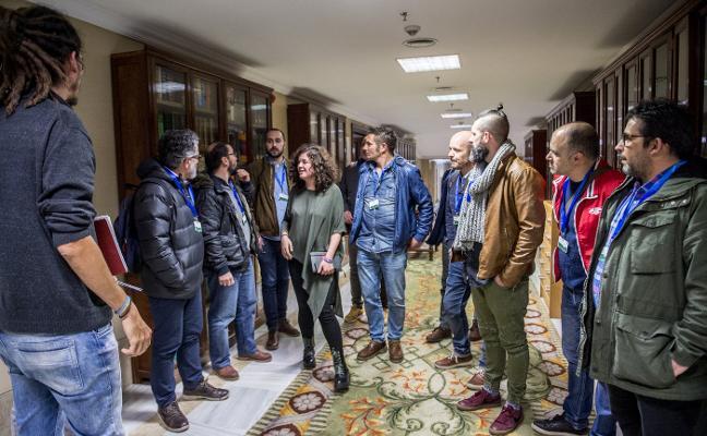 La asamblea de trabajadores de Duro lleva al Congreso sus quejas por el ERE