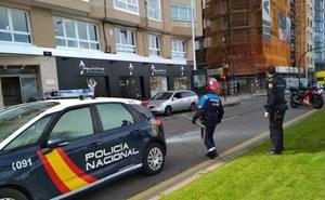 Tremendo susto en Gijón al desprenderse una ventana en un edificio del Muro