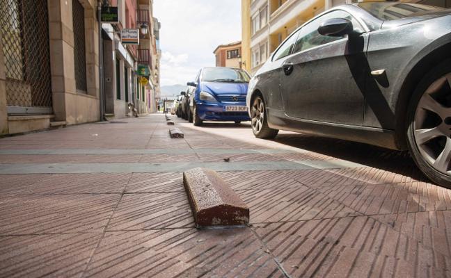 Ciudadanos pide retirar los bordillos de la calle Comercio de Ribadesella