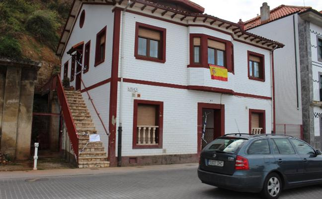 El Ayuntamiento retira a la familia desalojada en Candás los pisos de urgencia