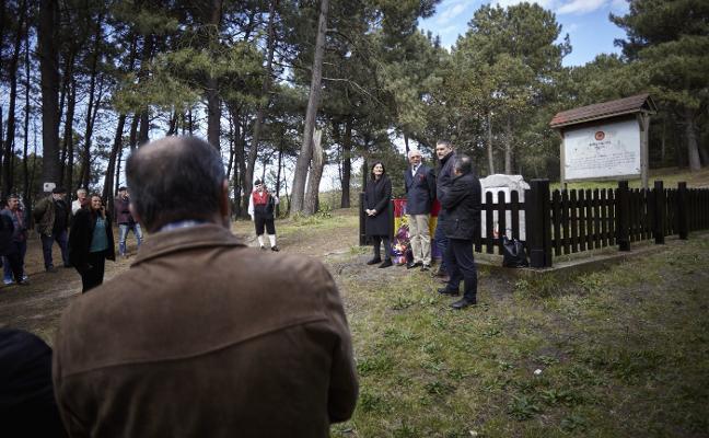 Homenaje a las víctimas del franquismo en el pinar de Salinas