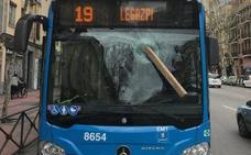 Detenido por agredir a un conductor de autobús arrojándole un tablón al cristal