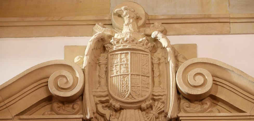 El claustro de la Universidad aprueba actuar contra los símbolos franquistas