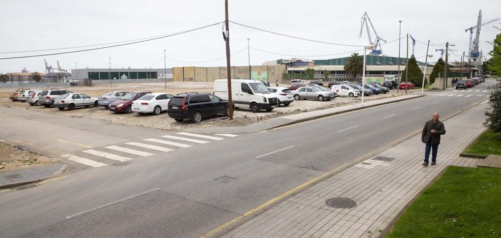 La explanada de la obra de El Arbeyal, invadida por coches