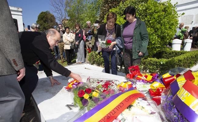 Ofrenda floral a los republicanos en la fosa común de El Sucu