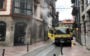 Los bomberos sofocan un incendio en la sala de contadores de un edificio en Llanes