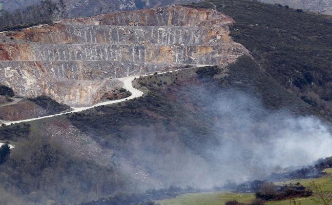 El Ayuntamiento de Oviedo clausura una planta de hormigón que operaba sin licencia en la cantera de Llagú