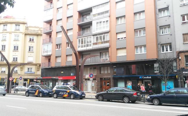 La Policía evita que un hombre sea atropellado en Gijón