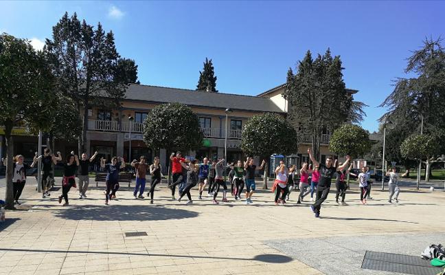 Baile y danza regionales toman la Plaza Mayor de Llaranes