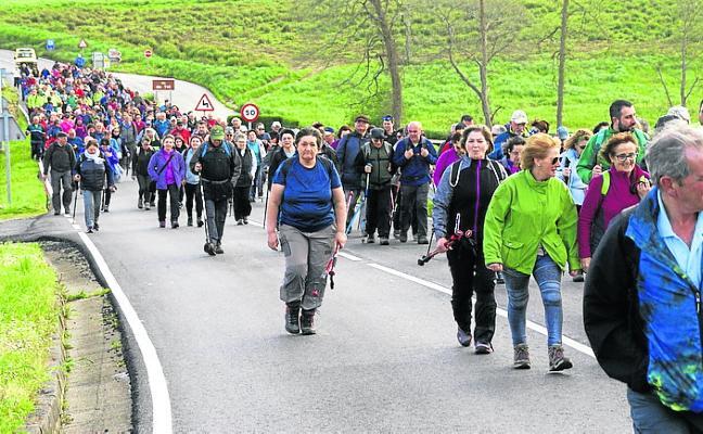 Medio millar de senderistas recorren la ruta Tol-Vegadeo