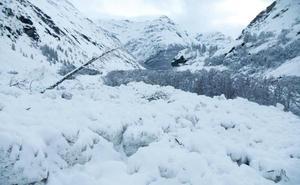 Un turista borracho asciende una montaña en los Alpes pensando que iba a su hotel