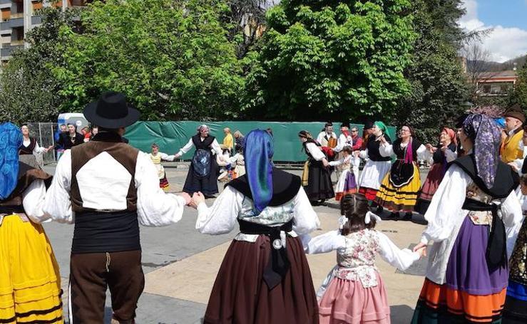 Deporte y folclore reinan en la folixa de Mieres